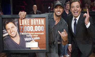 LUKE BRYAN RECEIVES 7-MILLION PLAQUE FROM JIMMY FALLON AND MAKES SECOND APPEARANCE ON GMA THIS WEEK!