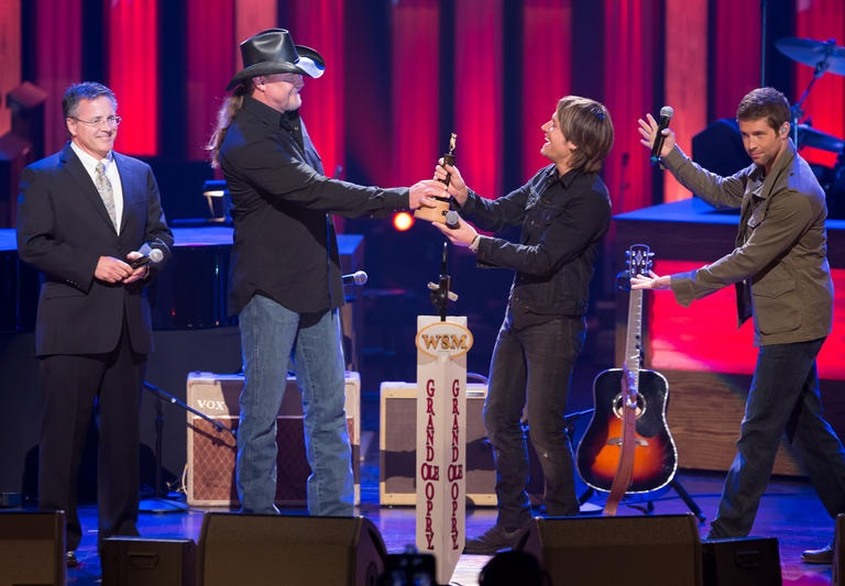 KEITH URBAN IS OFFICIALLY A GRAND OLE OPRY MEMBER! (AUDIO, VIDEO, PHOTOS)