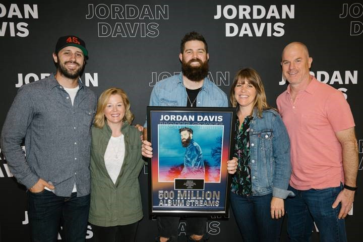 hot sale online a7cf3 696ef Photo ID (L-R)  Red Light Management s Zach Sutton, MCA Nashville VP  Promotion Katie Dean, Jordan Davis, WME s Becky Gardenhire, UMG Nashville  COO Mike ...