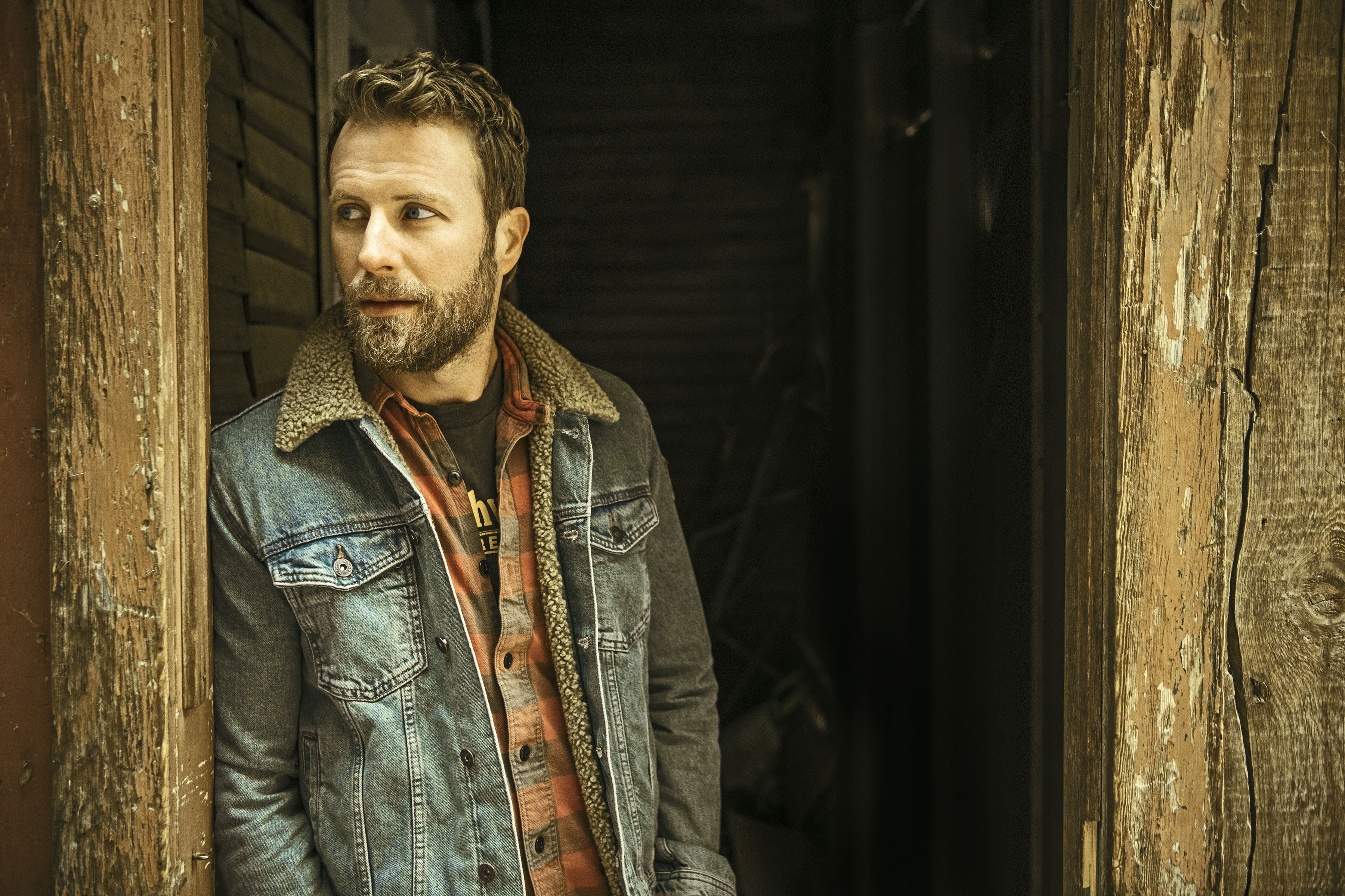 DIERKS BENTLEY GETS SEAL OF APPROVAL FROM THE GOLDEN BEAR.