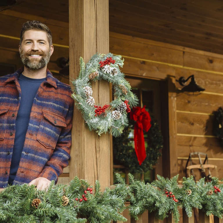JOSH TURNER IS GETTING READY TO RELEASE HIS FIRST CHRISTMAS ALBUM, KING SIZE MANGER.