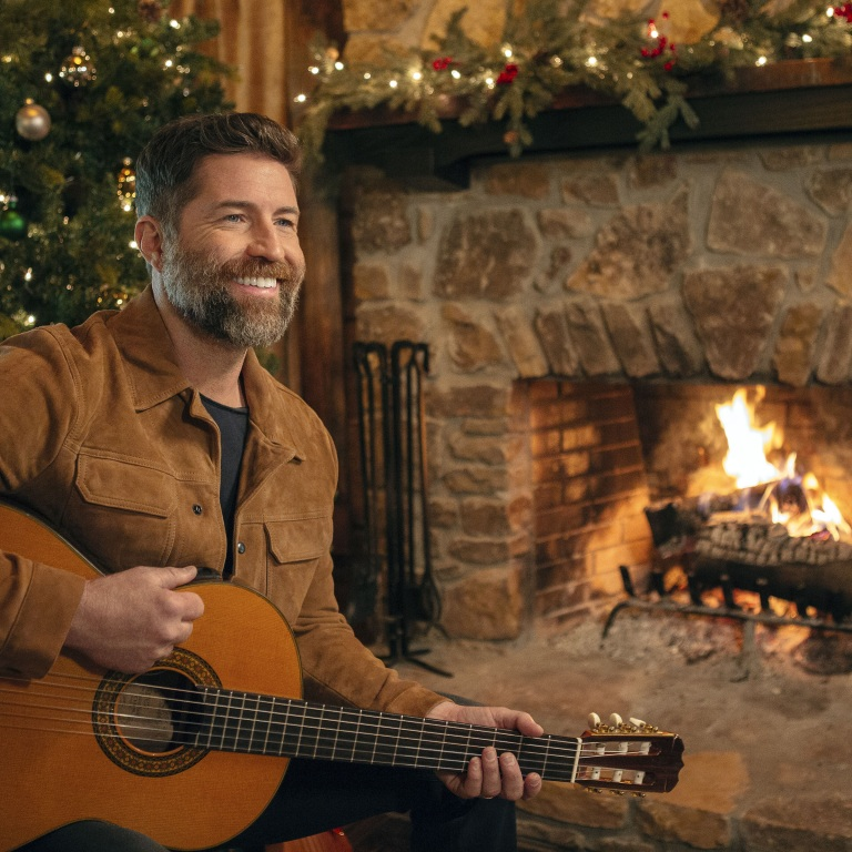 JOSH TURNER'S DEBUT CHRISTMAS ALBUM, KING SIZE MANGER, IS AVAILABLE NOW.